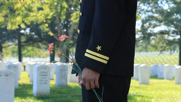 Tảo mộ tại nghĩa trang quốc gia Arlington