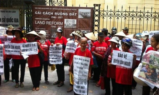 """""""Chúng tôi muốn biết tội ác của cải cách ruộng đất"""""""