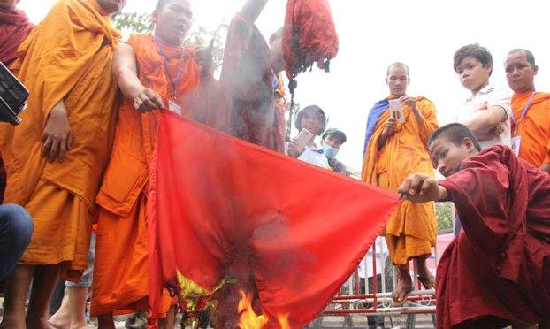 Campuchia: người biểu tình đốt cờ VN, kêu gọi tẩy chay hàng Việt