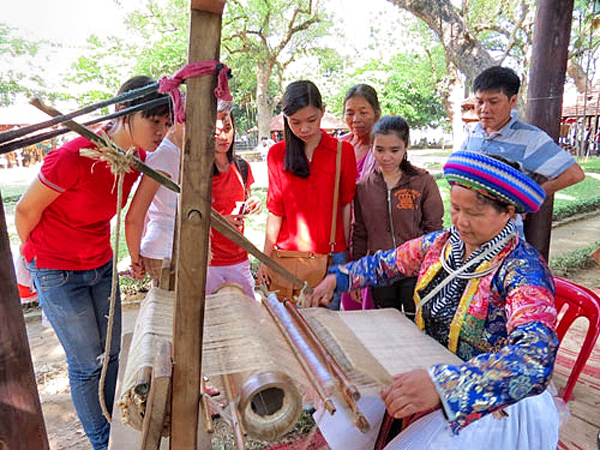 Phụ nữ dân tộc ở Ha Giang tham gia các dịch vụ du lịch