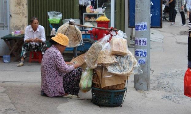 Người già kiếm cơm giữa Sài Gòn