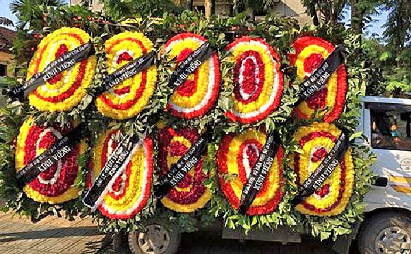 Băng rôn trên vòng hoa viếng tang lễ bị xé, tại sao?